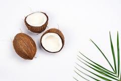 Половины и листья кокоса на белой предпосылке Стоковые Изображения RF