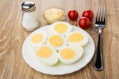 Половины кипеть цыпленка eggs в плите, майонезе, соли, томате Стоковая Фотография