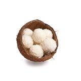 половины кокоса коробки изолировали трюфеля белые Стоковая Фотография