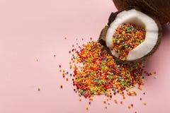Половины кокоса с сахаром брызгают внутренность на розовой предпосылке Стоковые Фото