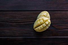Половины манго 2 части свежего плодоовощ манго над деревянным столом Стоковое фото RF