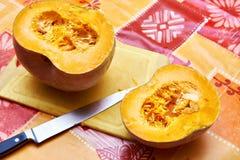 2 половины тыквы на таблице и кухонном ноже Стоковые Фото