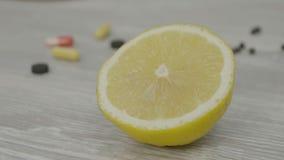 Половин из зрелого желтого лимона на таблице Один отрезанный лимон на таблице Стоковое Изображение