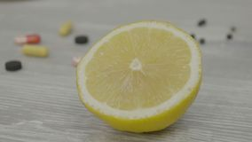 Половин из зрелого желтого лимона на таблице Один отрезанный лимон на таблице Стоковая Фотография RF