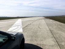 Положение автомобиля на взлетно-посадочной дорожке аэропорта перед тестом ускорения стоковое изображение rf