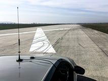 Положение автомобиля на взлетно-посадочной дорожке аэропорта перед тестом ускорения стоковое фото rf