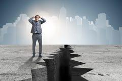 Положение бизнесмена вспугнутое рядом с скалой Стоковые Изображения