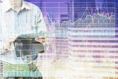 Положение бизнесмена и приводится в действие таблетку для фондовой биржи Стоковое фото RF