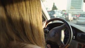 Положение брюнет женское в заторе движения Женщина управляя автомобилем Транспорт видеоматериал