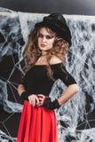 Положение ведьмы хеллоуина Черная стена с сетью на предпосылке Стоковое Изображение RF