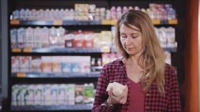 Положение взрослой женщины в супермаркете со свежими продуктами в руках акции видеоматериалы