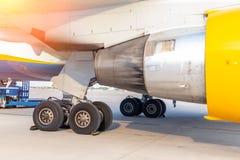 Положение двигателя конца-вверх большое коммерчески плоского и посадочного устройства на airfiled после прибытия воздушных судн н стоковые изображения