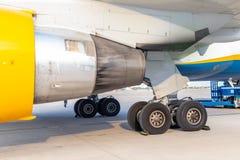 Положение двигателя конца-вверх большое коммерчески плоского и посадочного устройства на airfiled после прибытия воздушных судн н стоковая фотография rf