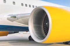 Положение двигателя конца-вверх большое коммерчески плоское на airfiled после прибытия воздушных судн на яркий солнечный день стоковые фото