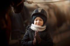 Положение девочка-подростка с лошадью в конюшне стоковые фото
