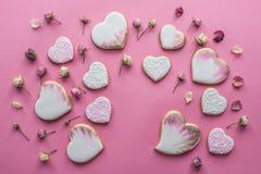 Положение дня валентинок St плоское с застекленным сердцем сформировало печенья Стоковое Фото