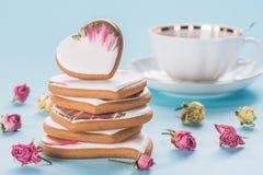 Положение дня валентинок St плоское с застекленным сердцем сформировало печенья Стоковая Фотография RF