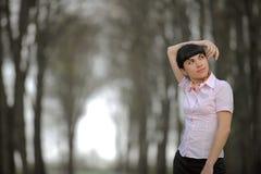 положение дороги девушки meditative Стоковые Фотографии RF