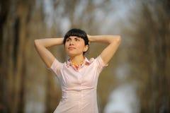 положение дороги девушки meditative Стоковая Фотография RF