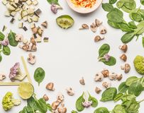 Положение еды плоское с шпинатом, прерванными грибами champignons, лимоном и овощами Стоковое фото RF