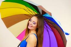 Положение женщины под красочным зонтиком радуги стоковая фотография rf