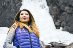 Положение женщины путешественника свободы стоковая фотография rf