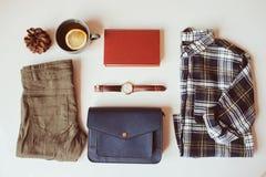 положение квартиры вскользь моды женщины битника или путешественника установленное Рубашка шотландки, голубой перекрестный мешок  Стоковое Фото