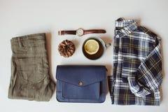 положение квартиры вскользь моды женщины битника или путешественника установленное Рубашка шотландки, голубой перекрестный мешок  Стоковые Изображения RF