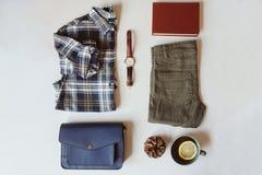 положение квартиры вскользь моды женщины лета или осени установленное Рубашка шотландки, голубой перекрестный мешок для перевозки Стоковое Фото