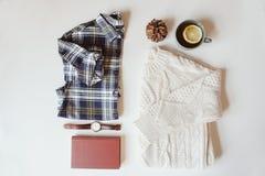 положение квартиры вскользь моды женщины установленное Рубашка шотландки, связанный свитер, вахта и книга Стоковые Фото