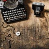 Положение квартиры деревянного стола ключей винтажной камеры фото машинки старое Стоковое Изображение
