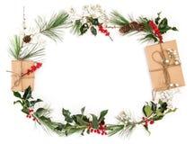 Положение квартиры конусов ветвей подарков украшения рождества флористическое Стоковая Фотография RF