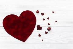 Положение квартиры концепции валентинки стильные сердца бархата на белой древесине Стоковая Фотография