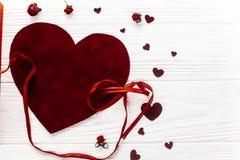 Положение квартиры концепции валентинки стильные сердца бархата на белой древесине Стоковое Изображение RF