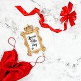 Положение квартиры красной моды подарочной коробки рамки платья золотой минимальное Стоковое Фото