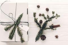 Положение квартиры подарка на рождество стильный подарок белого рождества с em Стоковая Фотография RF