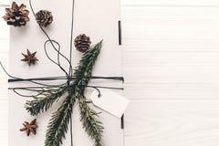 Положение квартиры подарка на рождество стильный подарок белого рождества с em Стоковое Изображение