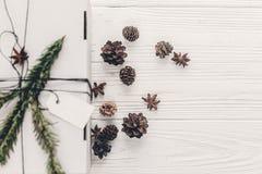 Положение квартиры подарка на рождество стильный подарок белого рождества с em Стоковые Изображения RF