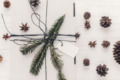 Положение квартиры подарка на рождество стильный подарок белого рождества с em Стоковое фото RF