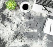 Положение квартиры рабочего места кофе тетради компьтер-книжки суккулентное Стоковые Фотографии RF