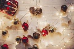 Положение квартиры рождества красная игрушка автомобиля с рождественской елкой на верхней части и s Стоковая Фотография