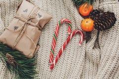Положение квартиры рождества уютный свитер с конфетой и ремеслом представляет a Стоковое Фото