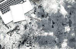 Положение квартиры стекел тетради компьтер-книжки рабочего места офиса минимальное Стоковые Фото
