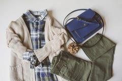 положение квартиры уютного обмундирования женщины осени вскользь установленное Рубашка шотландки, связанный свитер, голубой перек Стоковое Фото