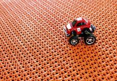 Положение красного малого автомобиля тележки RC внедорожного контролируемое Радио на o Стоковые Фотографии RF