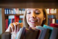 Положение маленькой девочки в традиционной старой библиотеке стоковое фото