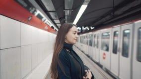 Положение маленькой девочки на платформе и ожидание поезда для того чтобы приехать акции видеоматериалы