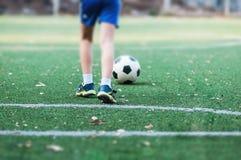 Положение мальчика с шариком в футбольном поле стоковые изображения rf