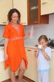 положение мамы кухни дочи Стоковые Фотографии RF