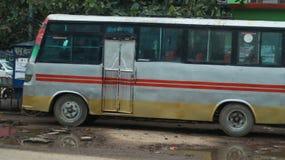 Положение местного автобуса около дороги стоковое изображение